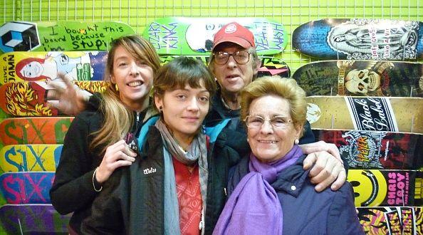 Atrás, Blanca y su padre, de Old School -organizadores del concurso de 'skate'-; a la izquierda, Sara Sánchez, coordinadora de las actividades infantiles; a la derecha, Maruja García, alma mater de las fiestas   Foto: A.P