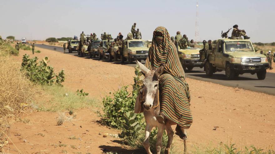 Una mujer en burro pasando un control en el norte de Darfur, Sudán, donde ha habido alegaciones por parte de organizaciones de derechos humanos de violaciones a mujeres. El gobierno ha encargado la implementación de varios aspectos del control migratorio © AP Photo/Abd Raouf, File