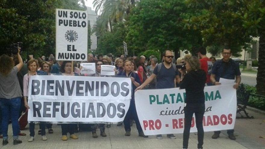 Las personas asistentes portaron maletas decoradas con un mensaje/frase en defensa de los derechos de los refugiados / Refugiados Extremadura