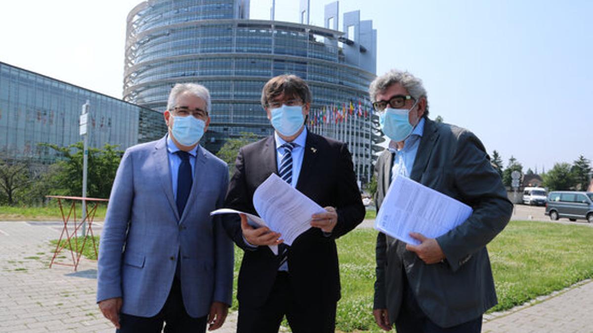 Puigdemont junto a los abogados de Turull, este jueves en Estrasburgo.