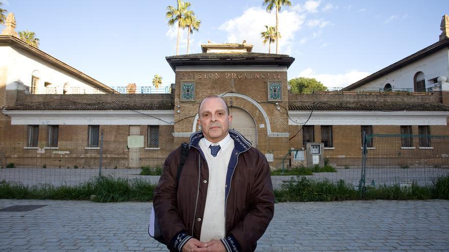 Antonio Gutiérrez Dorado, frente a la antigua cárcel de Sevilla. / Foto: Luis Serrano.