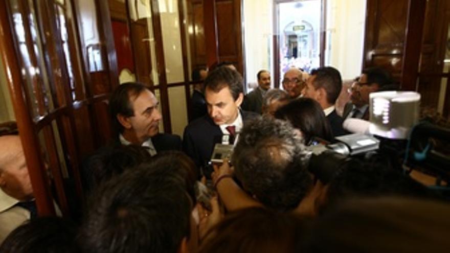 Zapatero En Los Pasillos Del Congreso