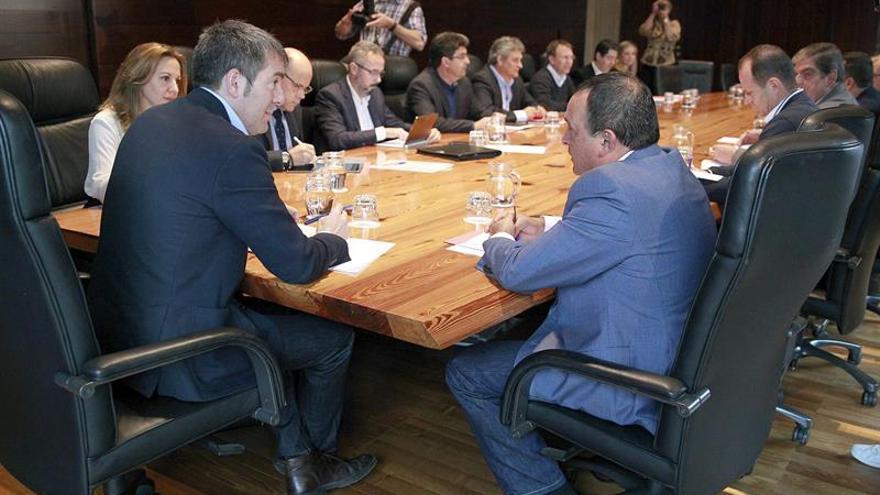 El presidente del Gobierno de Canarias, Fernando Clavijo (i), durante la reunión que ha mantenido con el comité ejecutivo de la Federación Canaria de Municipios (Fecam).