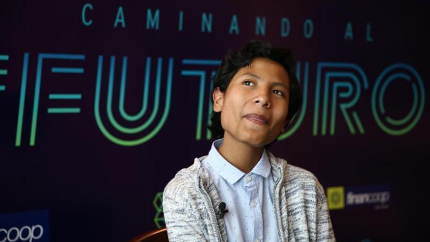 José Adolfo Quisocala Condori, de 14 años, habla durante una entrevista con Efe este miércoles en Quito (Ecuador). Quisocala Condori logró que en Arequipa, en el sur de Perú, los niños tengan su propio banco, con tarjeta de crédito incluido, en un novedoso y portentoso proyecto que fue presentado por él mismo.