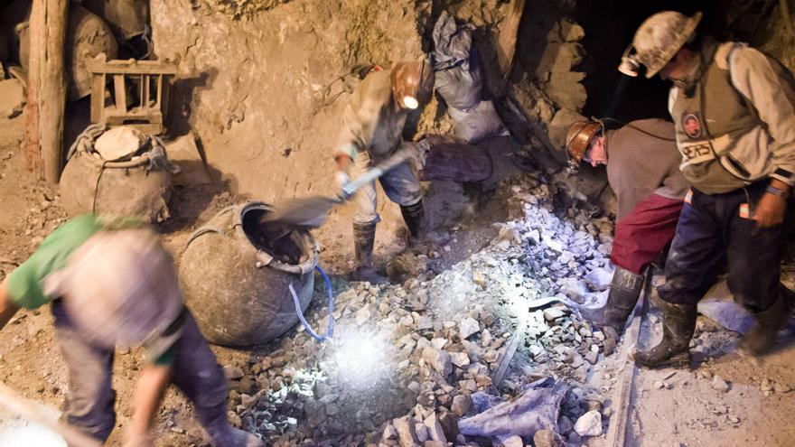 Varios mineros cargan mineral en los ascensores manuales que sirven para subir la carga de nivel. VIAJAR AHORA