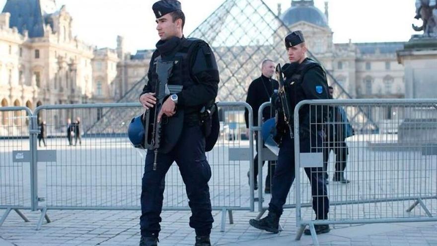 Atentados en Paris, policía por el Museo Louvre /EFE