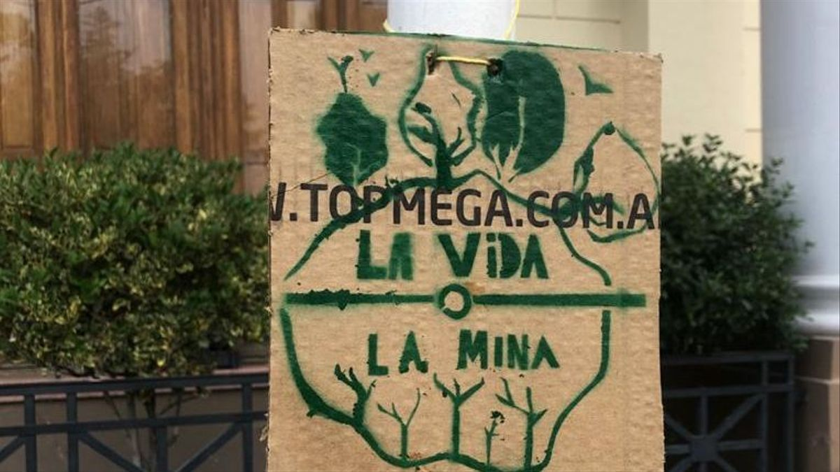 Cartel de repudio a la minería, frente a la Municipalidad de Trelew