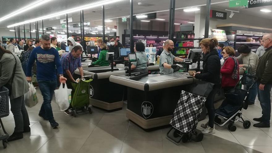 Un supermercado en Murcia, abarrotado de personas comprando