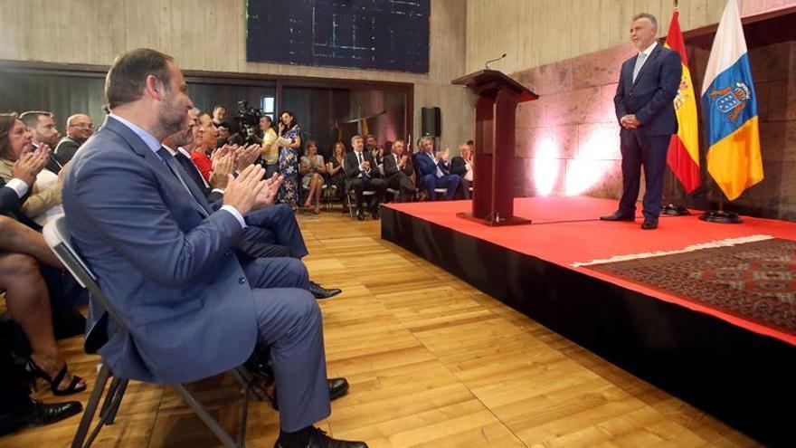 El ministro en funciones de Fomento, José Luis Ábalos (i), asistió este martes a la toma de posesión del socialista Ángel Víctor Torres.