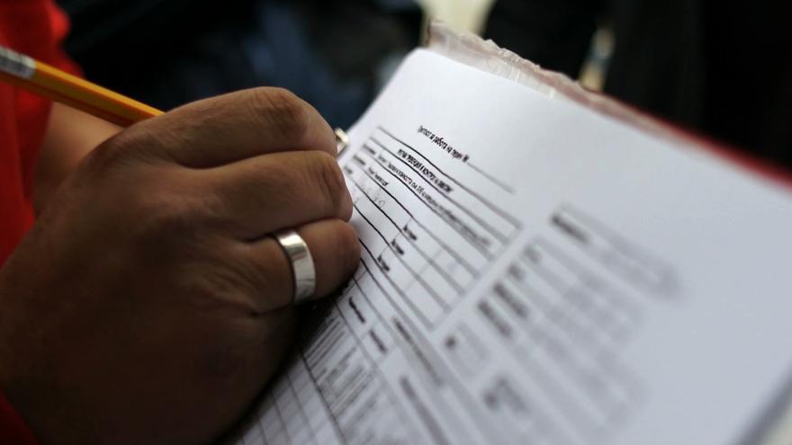 Una trabajadora social rellena un formulario en Sofia, Bulgaria | FOTO: Drugreporter