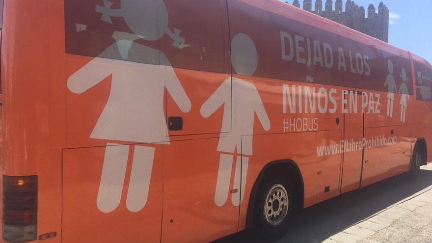 El autobús de HazteOir, en la Puerta de Bisagra de Toledo