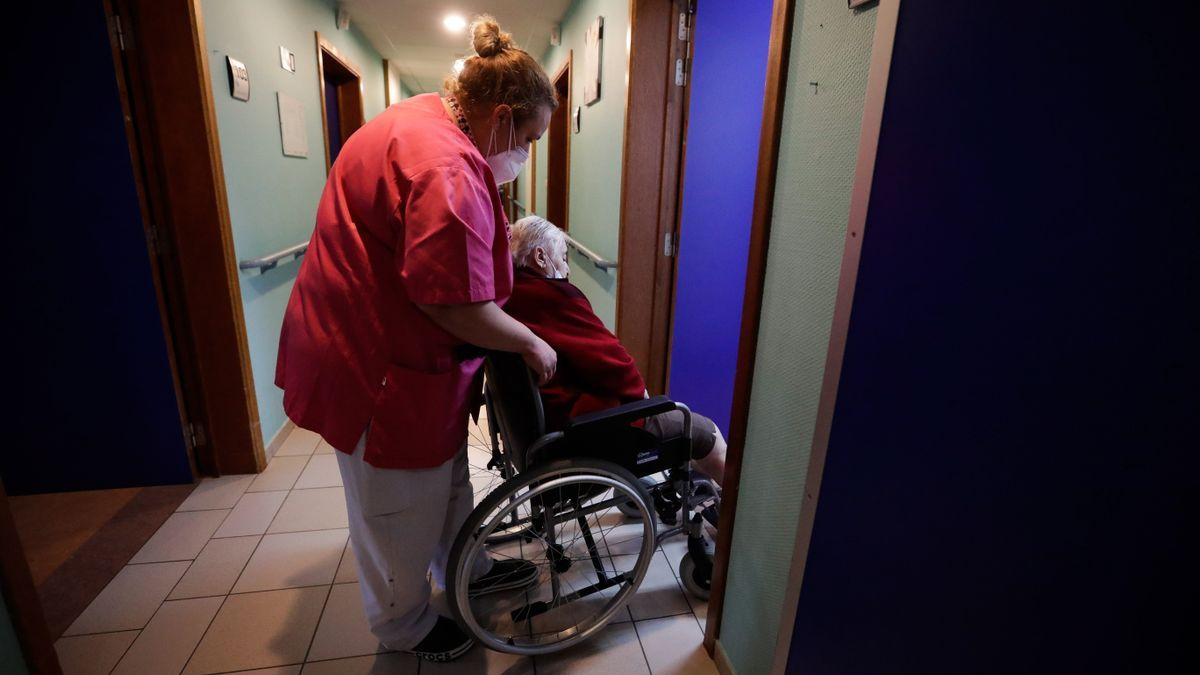 Atención social a una mujer dependiente.EFE/EPA/STEPHANIE LECOCQ/Archivo