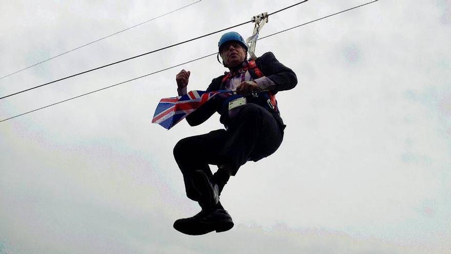 Cuando era alcalde de Londres, Boris Johnson se quedó atrapado en una tirolina.