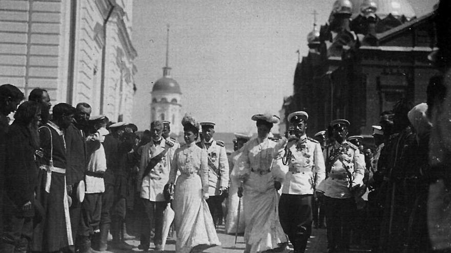 El zar Nicolás II visita el monasterio de la ciudad de Sarov.
