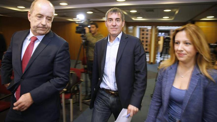 El presidente del Gobierno de Canarias, Fernando Clavijo (c), y los consejeros de Economía, Pedro Ortega (i), y de Hacienda, Rosa Dávila (d), comparecieron hoy en rueda de prensa tras la reunión semanal del Consejo de Gobierno.