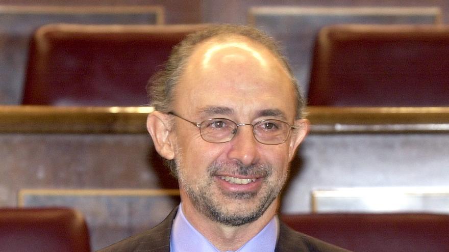El ministro de Hacienda, Cristóbal Montoro, muestra en el hemiciclo del Congreso un CD-Rom con el proyecto de ley de Presupuestos Generales del Estado para 2004