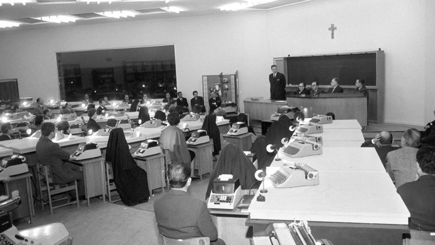 En 1965 la Institución de Formación del Profesorado de Enseñanaza laboral se celebra el Primer Curso de mecanización administrativa organizado por el Ministerio de Educación Nacional  con la colaboración de Hispano Olivetti.