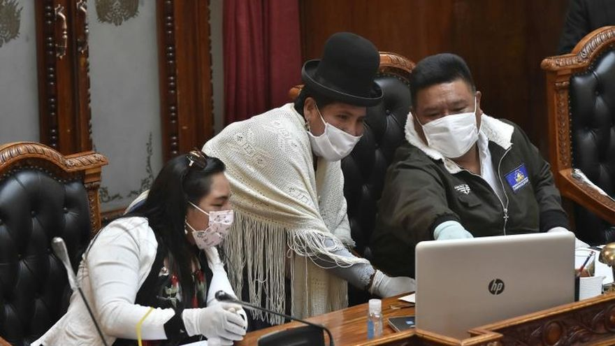 Vista de diputados con mascarilla durante la primera sesión de la Asamblea Legislativa, en la que parte de los legisladores participan de forma virtual, este viernes, en La Paz (Bolivia).