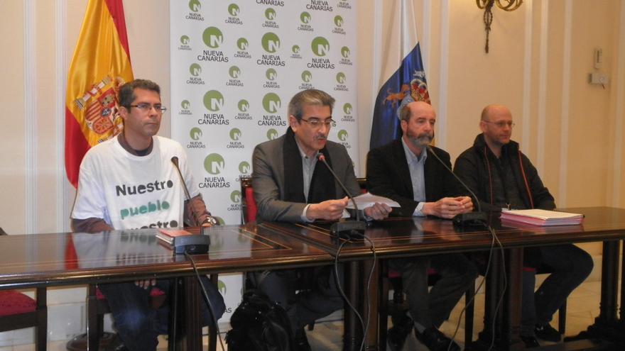 Román Rodríguez y Santiago Pérez flanqueados por dos representantes vecinales de La Laguna.