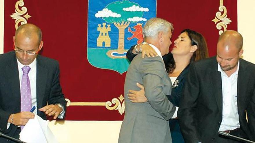 Belén Allende felicita a Alpidio Armas tras prosperar la moción de censura presentada contra el gobierno nacionalista de AHI-CC en el Cabildo de El Hierro en 2011 (ACFI PRESS)