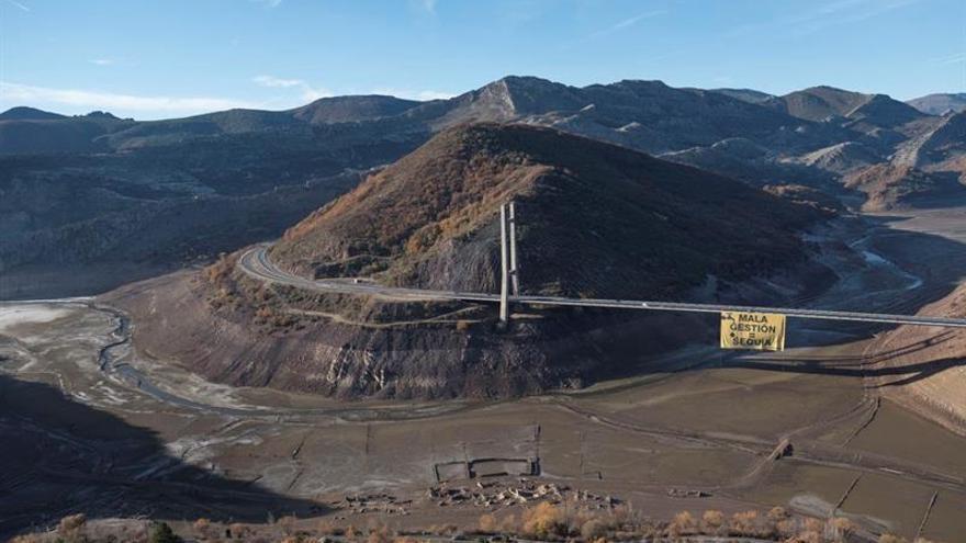"""Greenpeace denuncia """"mala gestión agua"""" con pancarta gigante en embalse vacío"""