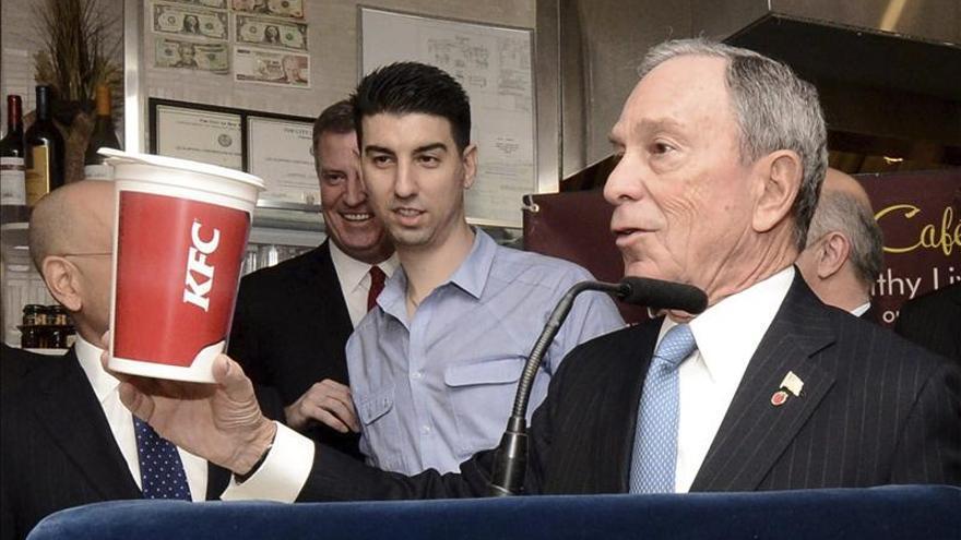 Bloomberg pide a los restaurantes vetar voluntariamente los refrescos gigantes
