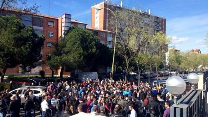 Unos 200 policías antidisturbios se manifiestan frente a la comisaría de Moratalaz, en Madrid, tras los incidentes del 22M.
