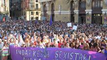 Miles de bilbaínas se concentran para denunciar la violación grupal de una joven a manos de seis individuos