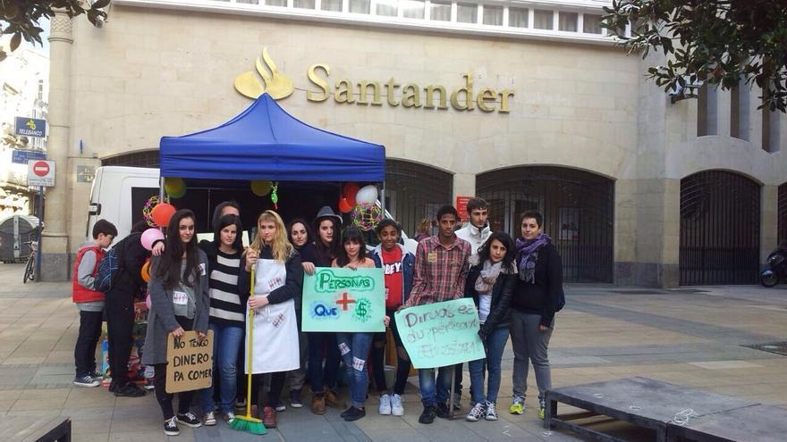 Un grupo de escolares protagoniza una acción teatralizada en contra de la trata de personas.