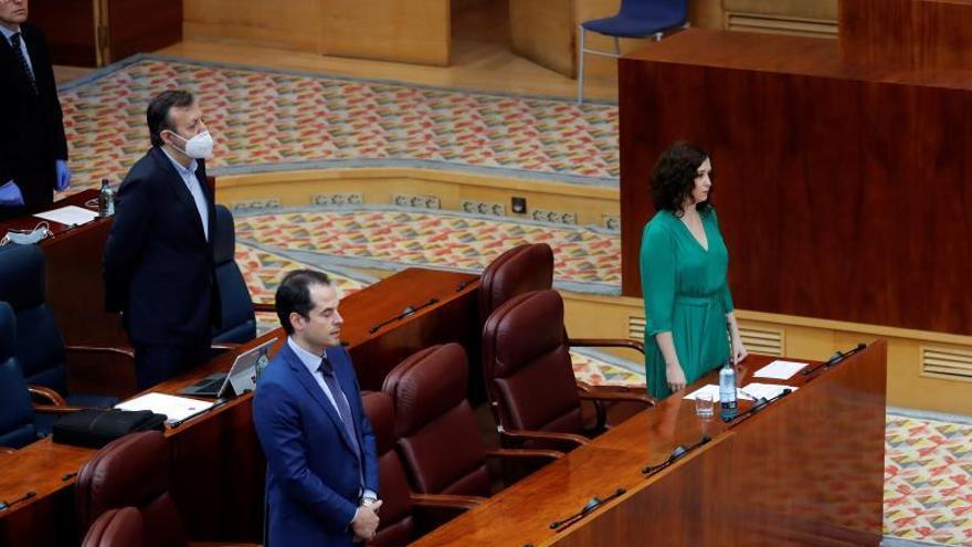 La presidenta de la Comunidad de Madrid, Isabel Díaz Ayuso, y el vicepresidente, Ignacio Aguado, en primer plano. Detrás, el consejero de Políticas Sociales, Alberto Reyero.