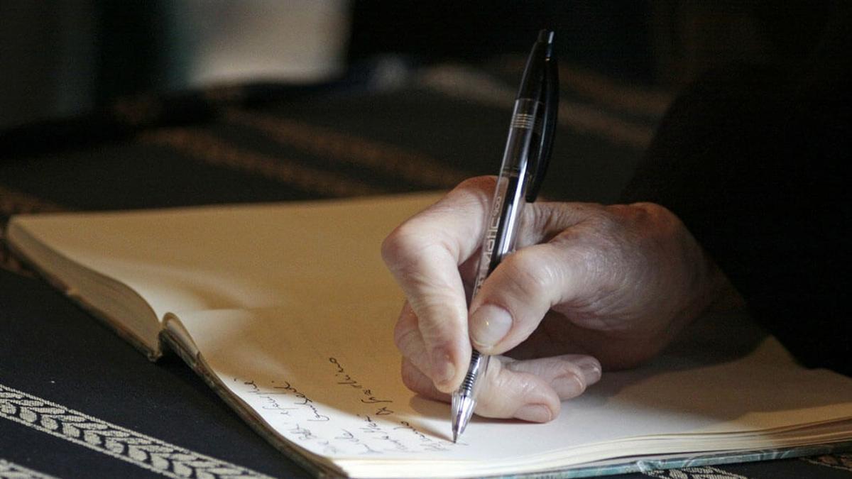 Un notario firma las últimas voluntades de una persona