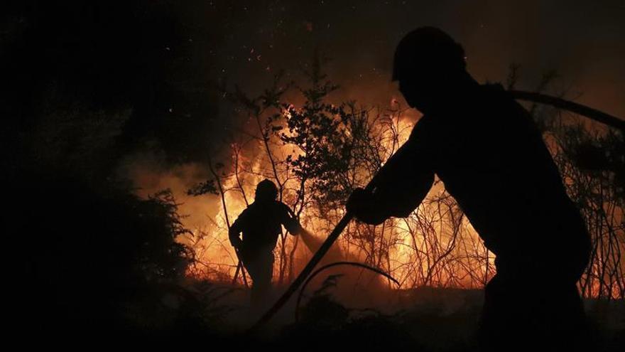 Un incendio forestal quema un monte en Santiago de Compostela