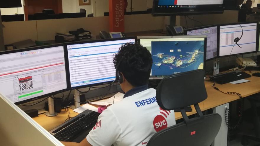 Uno de los puestos de atención telefónica del Servicio de Urgencias Canario.