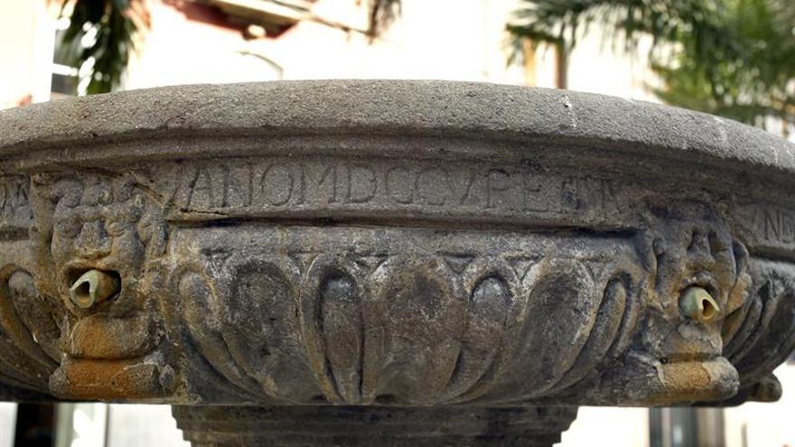 La fuente de la Pila, situada en la plaza de La Candelaria, es el vestigio civil más antiguo que queda en Santa Cruz de Tenerife, una ciudad en la que no hay ningún rastro arquitectónico de sus primeros 200 años de historia.