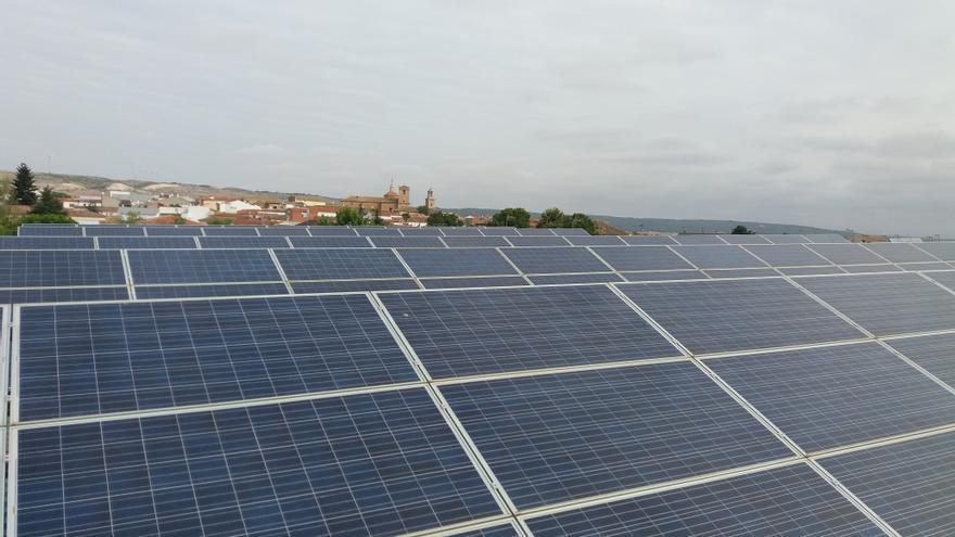 Cubierta solar del polideportivo municipal de Sisante (Cuenca), una de las 95 instalaciones rescatadas por Ecooo.