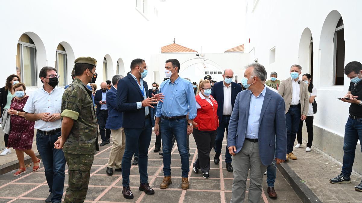 Pedro Sánchez y Ángel Víctor Torres, en el centro de acogida a los evacuados de La Palma