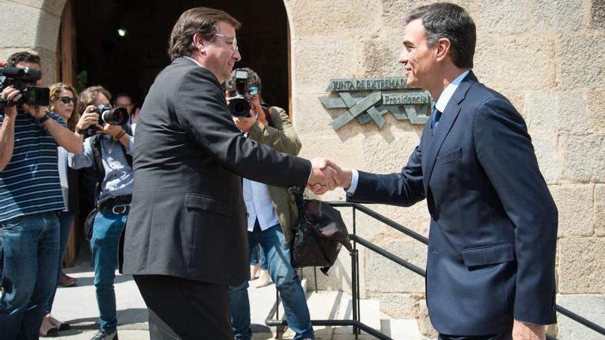 Pedro Sánchez y Guillermo Fernández Vara en una imagen de archivo.