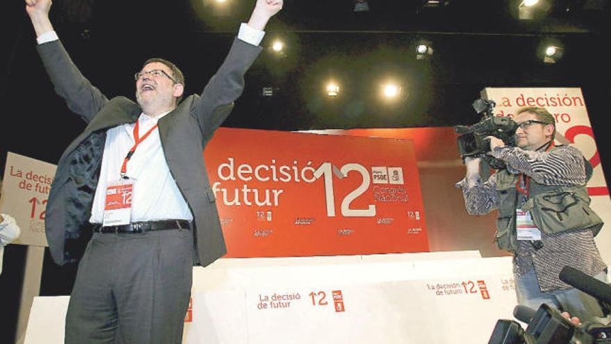Ximo Puig celebra su victoria en el XII congreso del PSPV-PSOE celebrado en 2012