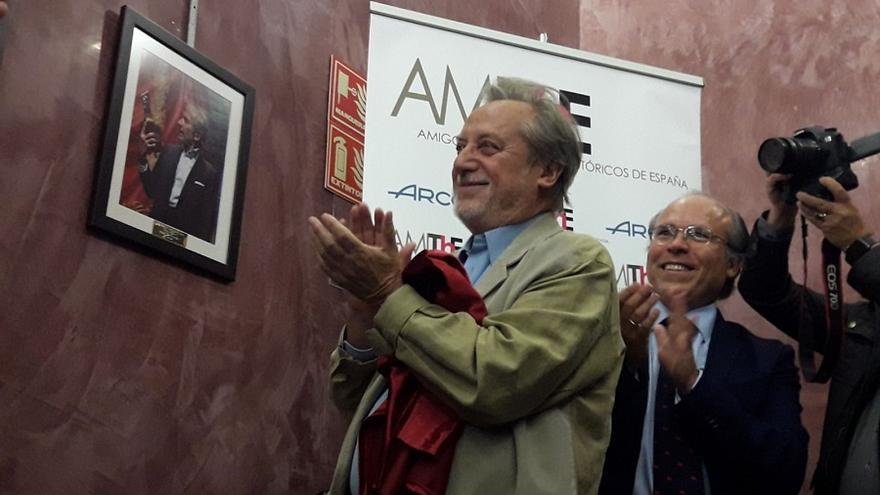 Manuel Galiana ha sido el encargado de descubrir la foto de José Sacristán que se encuentra en Cataluña de gira con su última obra.
