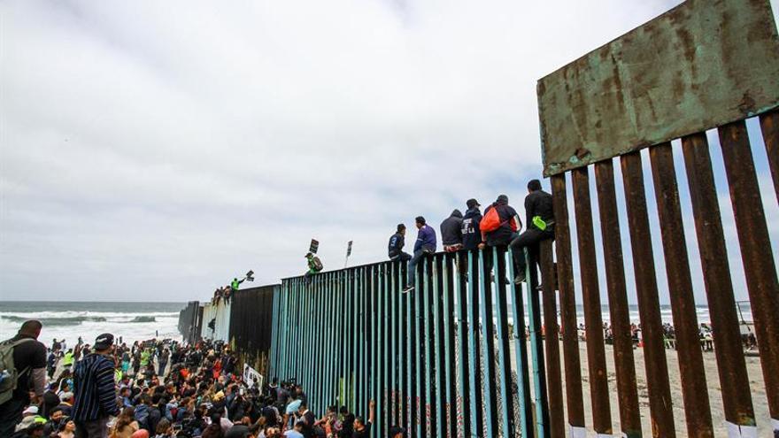 Cientos de inmigrantes se congregan en el muro fronterizo con los Estados Unidos el domingo 29 de abril de 2018, del lado de Tijuana (México).