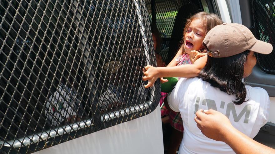 """Miembros del Instituto Nacional de Migración de México (Inami) detienen a una niña durante un operativo este lunes, en el municipio de Pijijiapan, en el estado de Chiapas (México). Medios locales informaron que el Inami detuvo el lunes a unos 300 migrantes que se dirigían hacia el norte del país para alcanzar Estados Unidos. Obrador admitió este martes que su Gobierno está bloqueando el """"libre paso"""" de las caravanas de centroamericanos en el sur del país y lo justificó por motivos de """"seguridad"""" para los migrantes."""