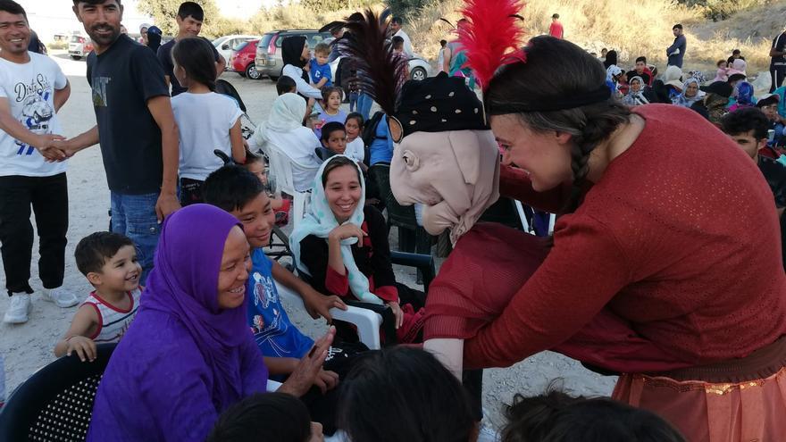 Beñoga Iriarte y Beatriche durante la función dada a los refugiados de Lesbos