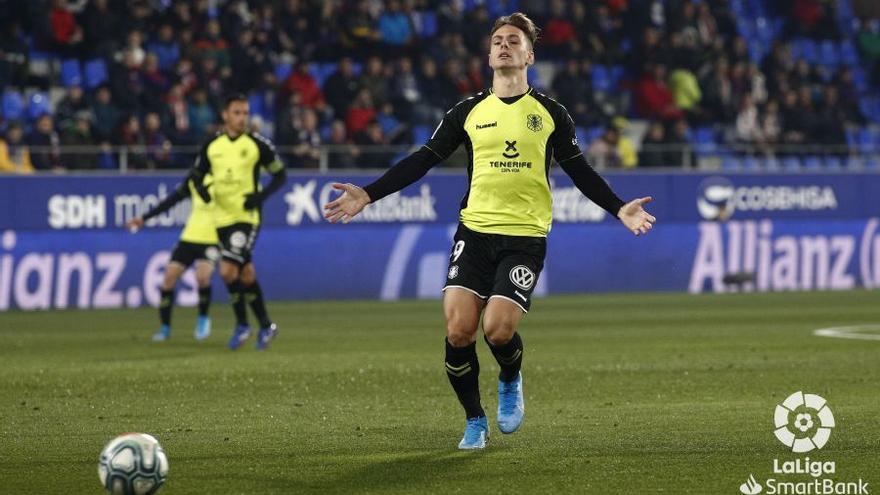 Dani Gómez se lamenta durante el Huesca-CD Tenerife