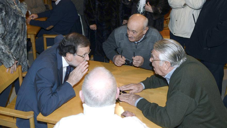 Rajoy  jugando a obtener votos de los mayores en pequeñas poblaciones. Olmedo, Valladolid.