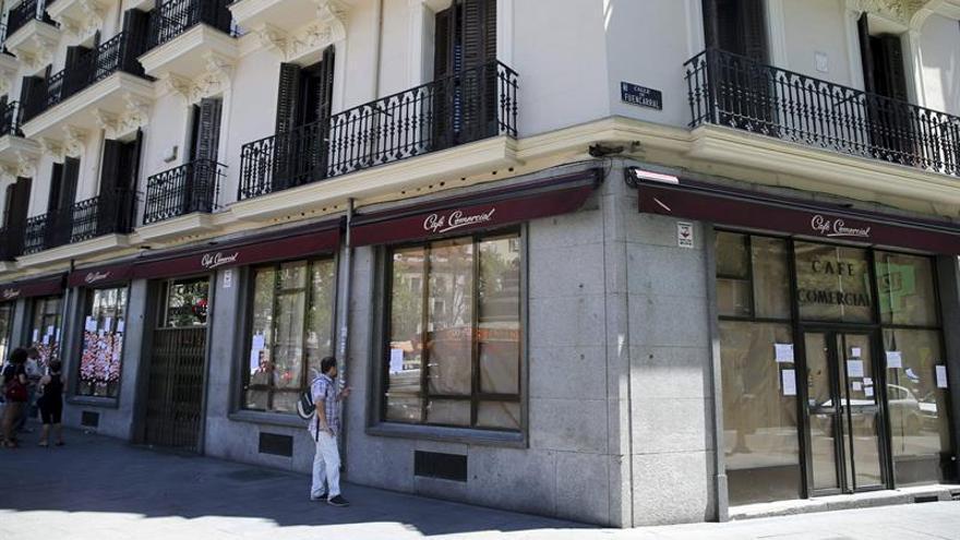 El histórico Café Comercial de Madrid reabre sus puertas sin licencia