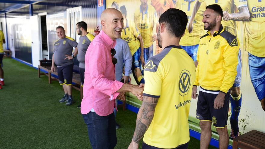 Pako Ayestarán habla con los jugadores de la UD Las Palmas en el Complejo Deportivo El Hornillo (Telde).