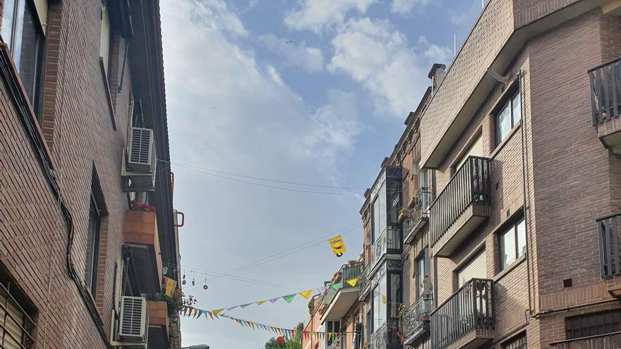 La calle Iriarte de Madrid, engalanada durante el confinamiento.