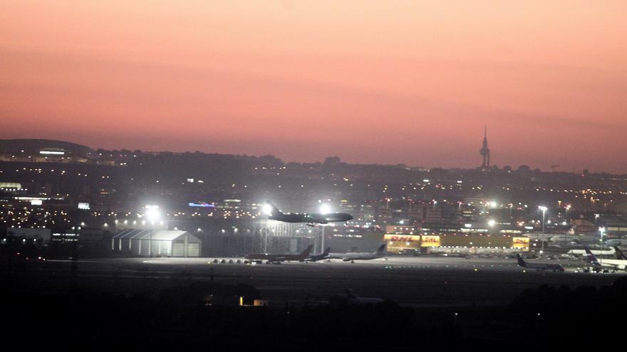 El avión de Air Canada momentos antes de aterrizar en el aeropuerto de Barajas, en Madrid (España).