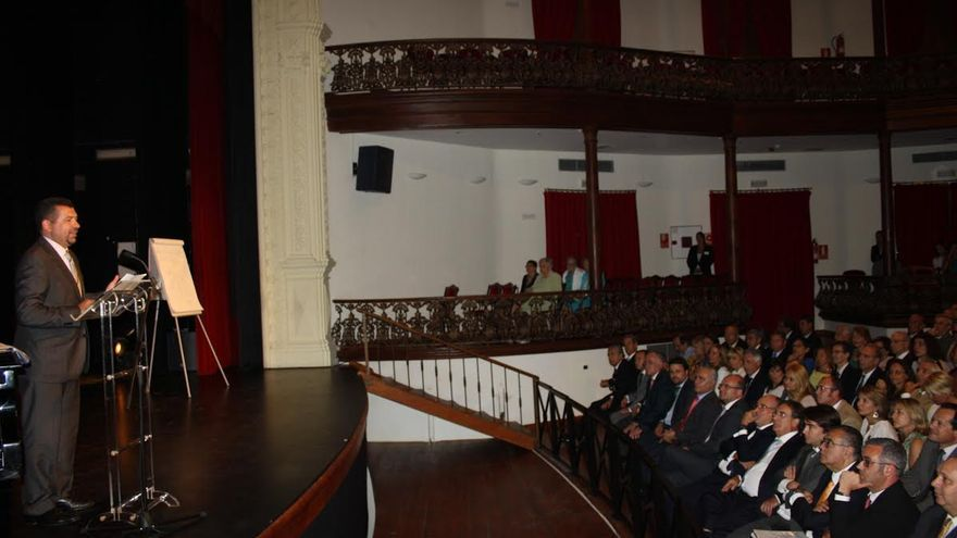 El alcalde de la capital, en el Teatro Circo de Marte, dirigiéndose a los asistentes durante el acto celebrado con motivo del 150 aniversario de Casa Cabrera SA.