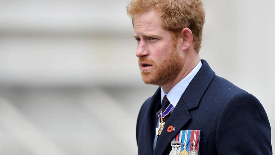 El príncipe Enrique denuncia una campaña de acoso a su novia Meghan Markle